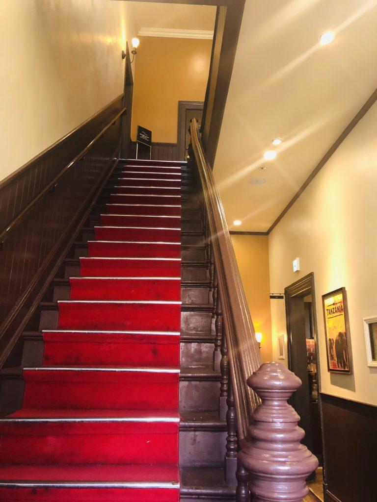スターバックスコーヒー神戸北野異人館店 入口の赤い階段