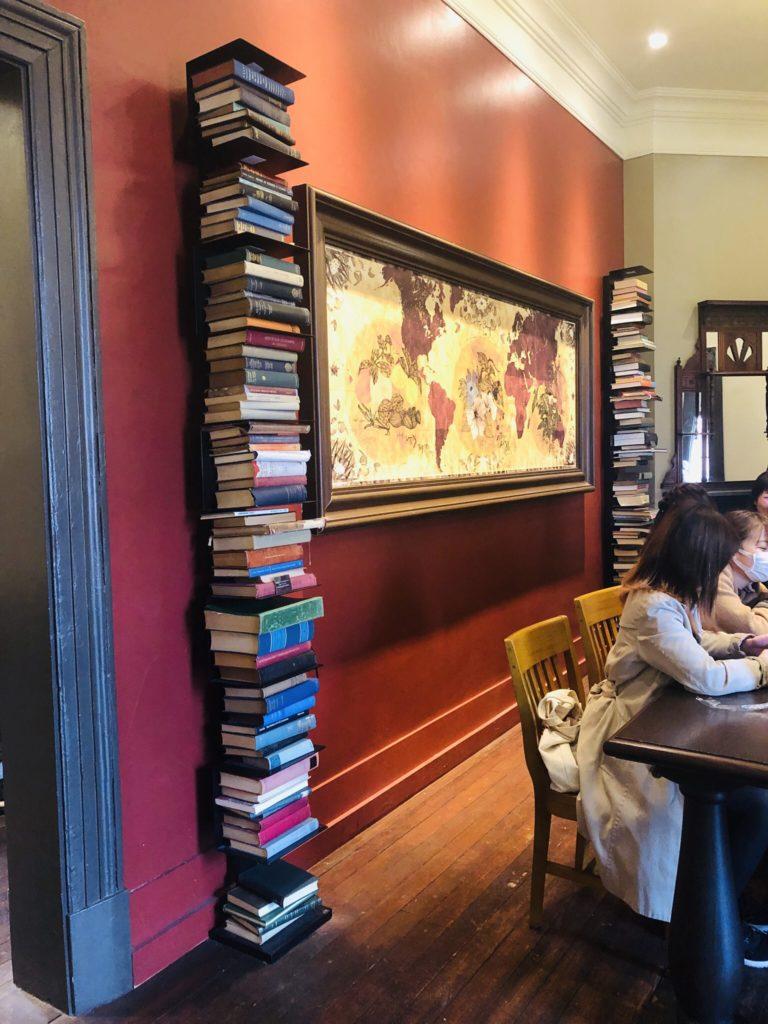 スターバックスコーヒー神戸北野異人館店 内観の積み上げられた本