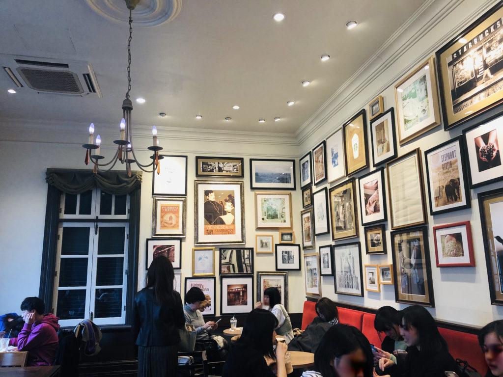 スターバックスコーヒー神戸北野異人館店 シャンデリア風の照明と写真やイラスト